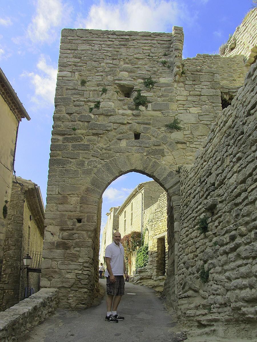 The road leading to the rocher de Saignon, France